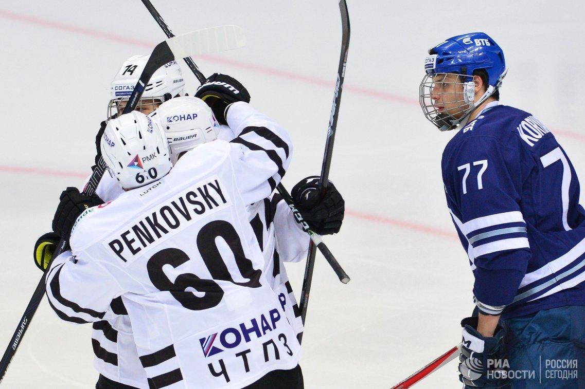 Хоккеисты Трактора (слева) радуются заброшенной шайбе