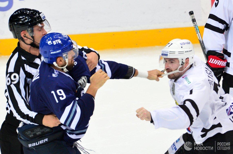 Форвард Динамо Никита Комаров (слева) и нападающий Трактора Рихард Гюнге