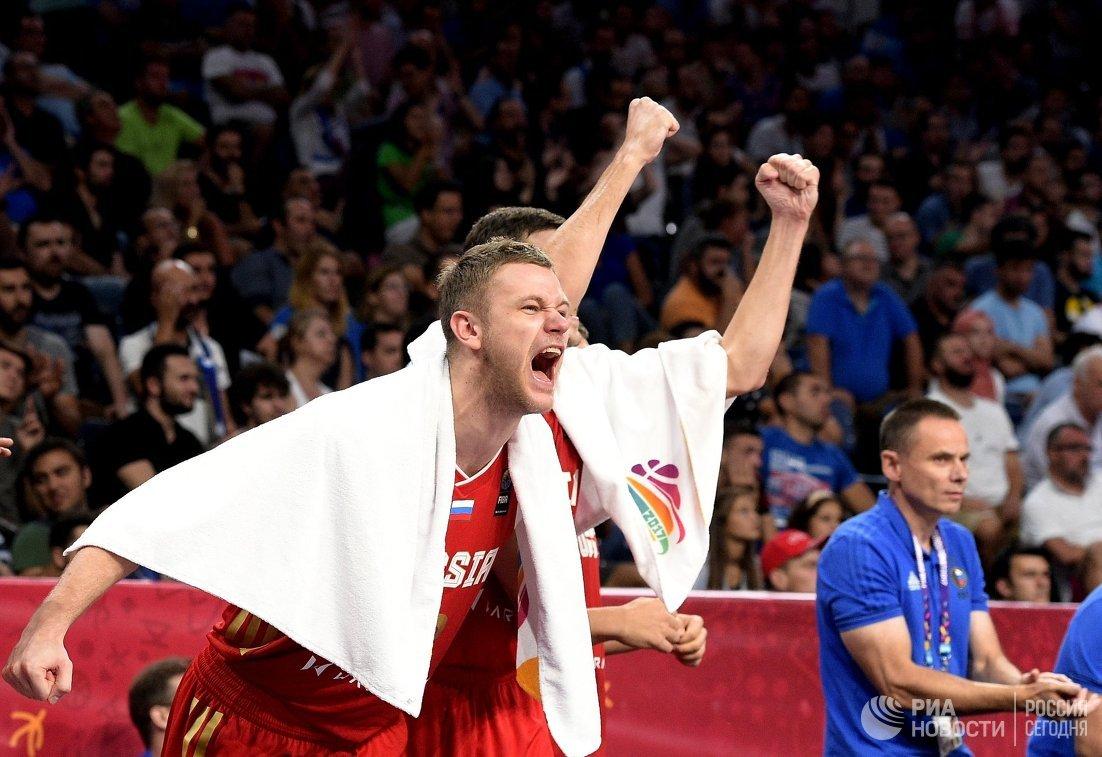 Баскетболисты сборной России Андрей Зубков (на первом плане) и Семен Антонов