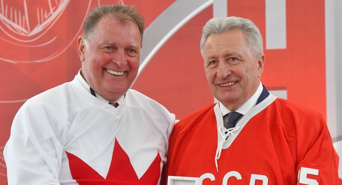 Хоккеист сборной Канады Пит Маховлич и хоккеист сборной СССР Александр Якушев