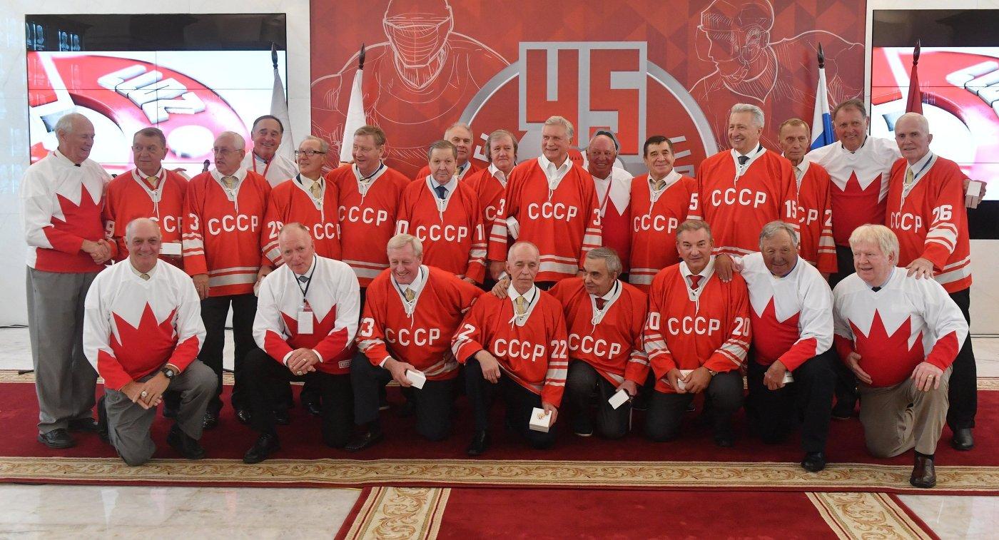 Хоккеисты сборной СССР и сборной Канады во время совместного фотографирования