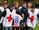 Сотрудники медицинской службы оказывают помощь форварду Динамо Кириллу Панченко