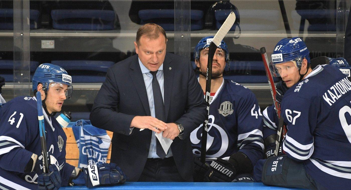 Главный тренер Динамо Владимир Воробьев (второй слева)