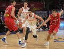 Защитник сборной России Алексей Швед (в центре)