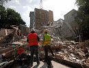 Спасатели ищут выживших после землетрясения в Мехико. 19 сентября 2017