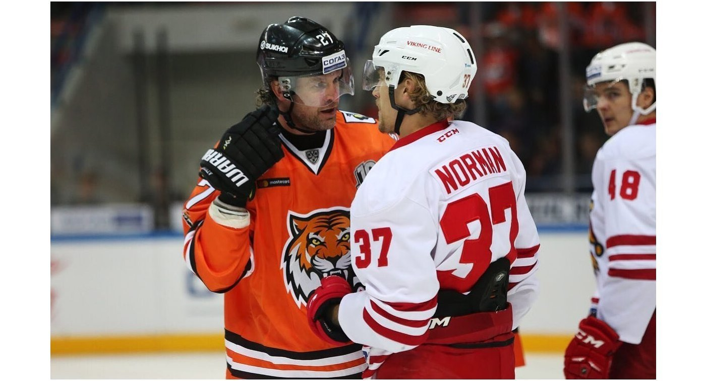 Защитник Амура Виталий Атюшов (слева) и нападающий Йокерита Джон Норман