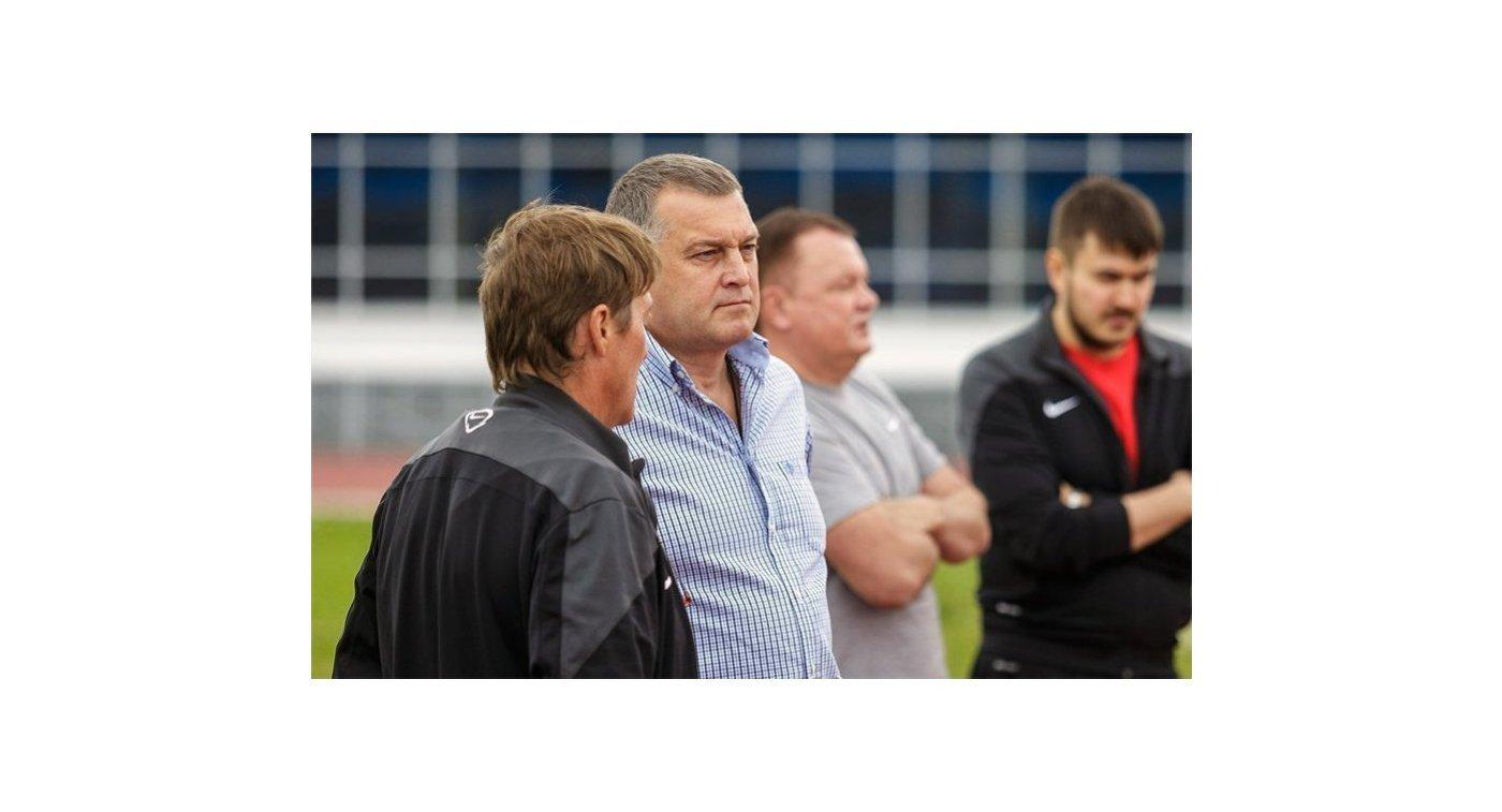 Генеральный менеджер челябинского хоккейного клуба Евгений Губарев (второй слева)