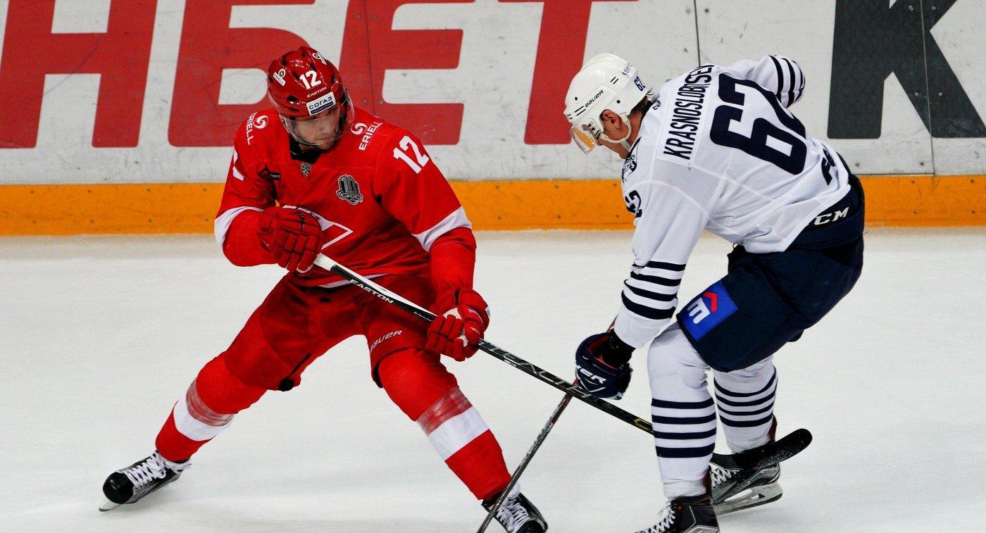 Игрок ХК Адмирал Вадим Краснослободцев (справа) и игрок ХК Спартак Анатолий Никонцев