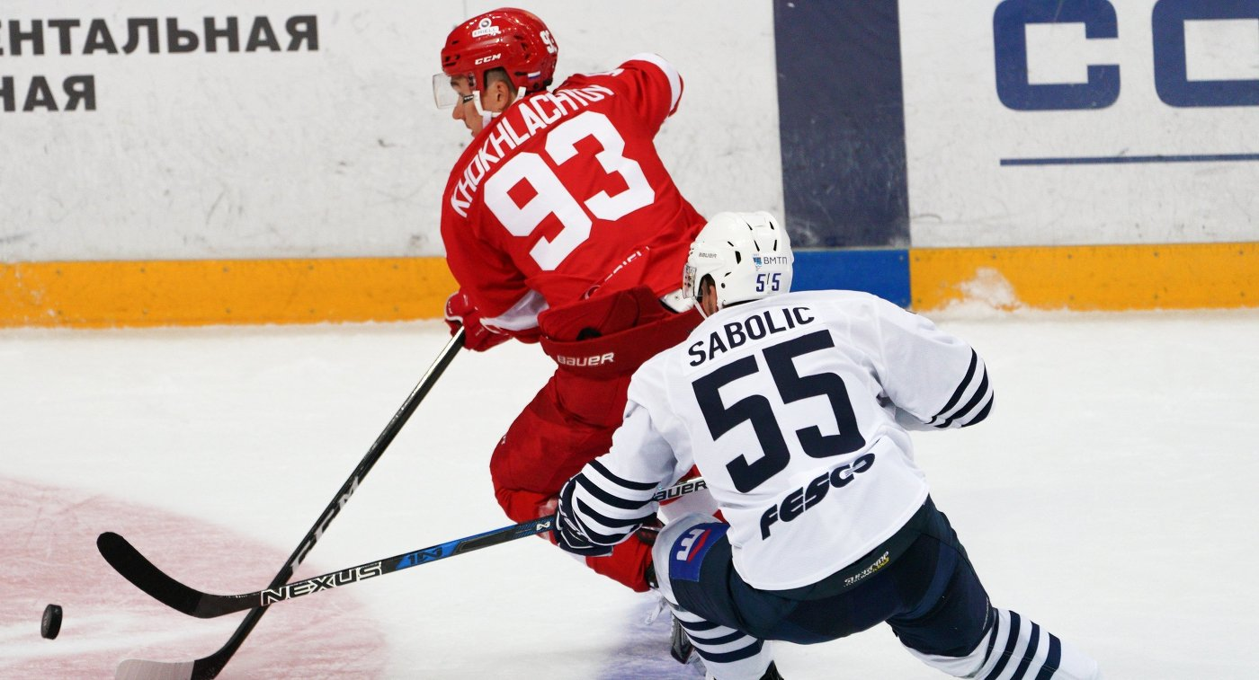 Игрок ХК Адмирал Роберт Саболич (справа) и игрок ХК Спартак Александр Хохлачёв