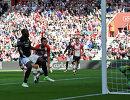 Нападающий Манчестер Юнайтед Ромелу Лукаку (слева) забивает гол в ворота Саутгемптона