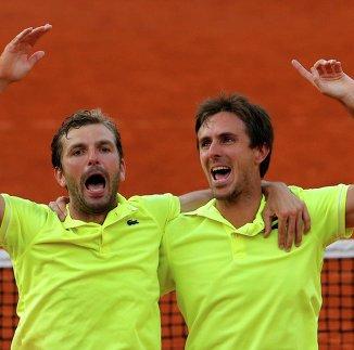 Французы Жюльен Беннето (справа) и Эдуар Роже-Васлен после победы на Открытом чемпионате Франции по теннису в парном разряде.