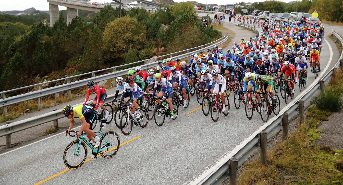 Велогонщики во время групповой гонки на чемпионате мира-2017