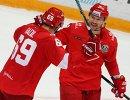 Хоккеисты Спартака Лукаш Радил (слева) и Дмитрий Калинин