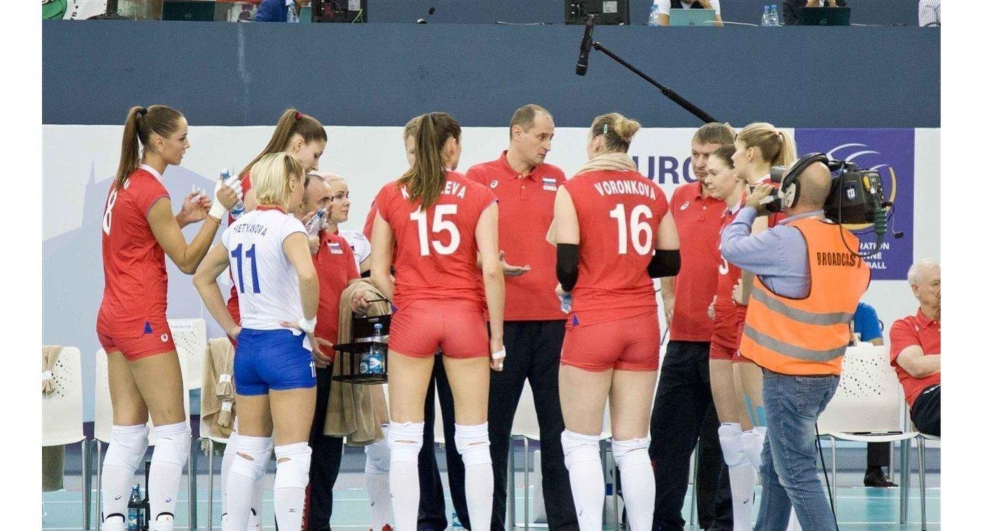Волейболистки сборной России вместе с главным тренером национальной команды Константином Ушаковым (в центре)