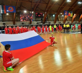 Игроки России и Португалии перед началом товарищеского матча по мини-футболу