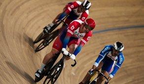 Велогонщик Шейн Перкинс (в центре)