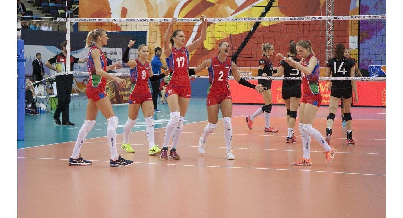 Ильхам Алиев ссемьей наблюдает заигрой сборной Азербайджана