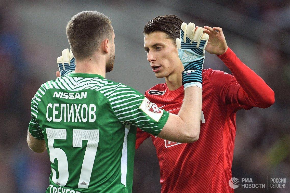 Вратарь Спартака Александр Селихов (слева) и защитник Спартака Илья Кутепов