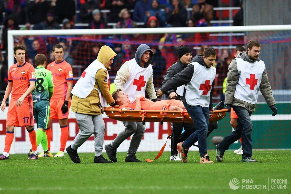 Медицинские работники оказывают помощь полузащитнику ПФК ЦСКА Понтусу Вернблуму