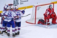 Игроки ХК СКА и вратарь ХК Локомотив Алексей Мурыгин (справа)