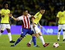 Полузащитники сборной Парагвая Ричард Ортис и сборной Колумбии Хамес Родригес (справа)