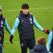 Полузащитник сборной Южной Кореи по футболу Ки Сон Ен (в центре)