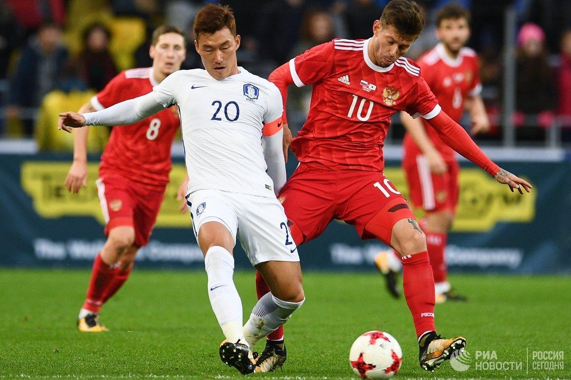 Защитник сборной Южной Кореи Чан Хён Су и форвард сборной России Федор Смолов (слева направо)