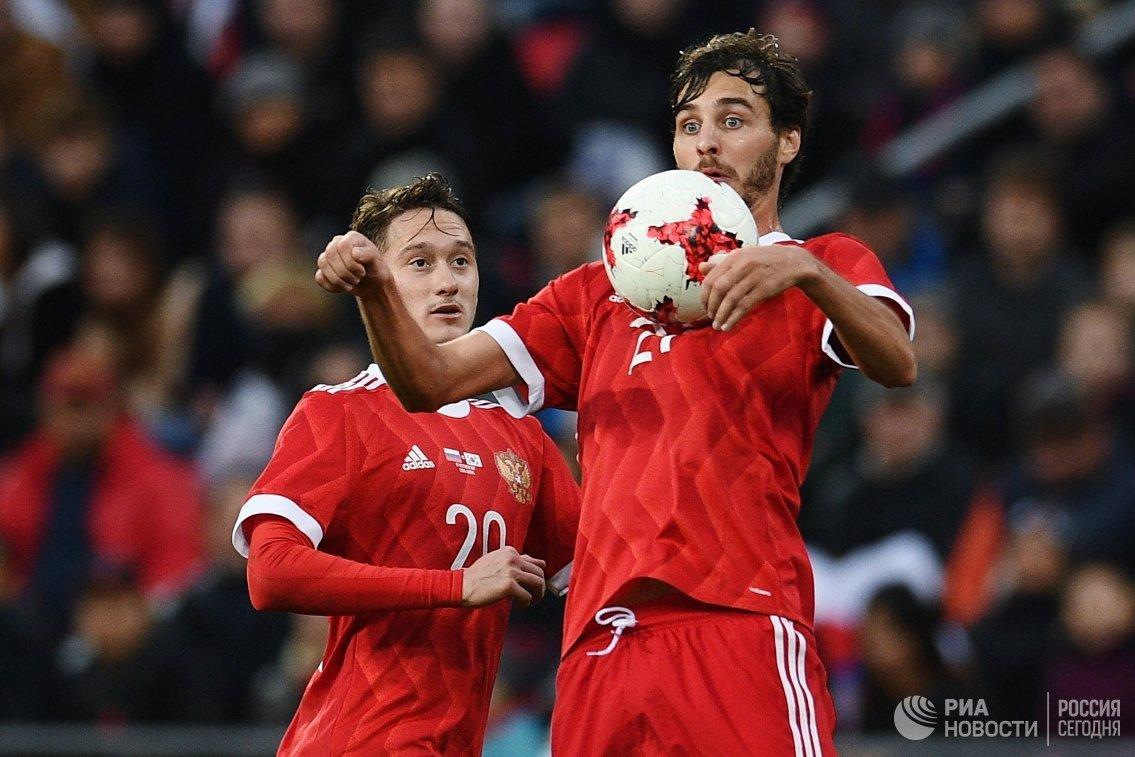 Футболисты сборной России Антон Миранчук (слева) и Александр Ерохин