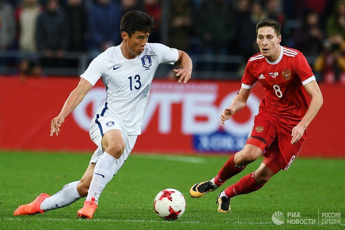 Хавбек сборной Южной Кореи Ку Джа Чхоль и полузащитник сборной России Далер Кузяев (слева направо)