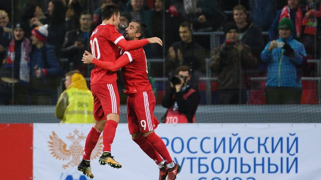 Футболисты сборной России Федор Смолов (слева) и Александр Самедов радуются забитому голу