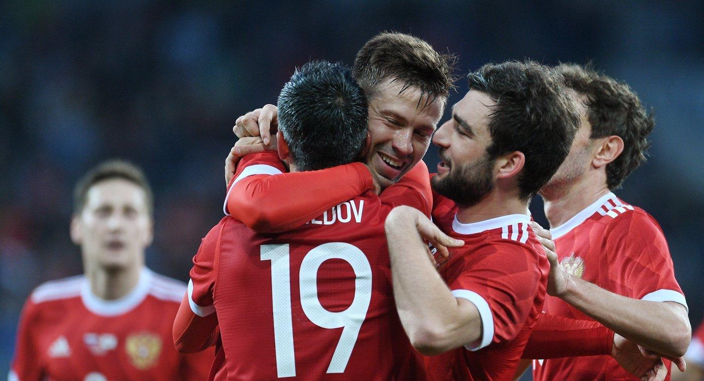 Футболисты сборной России Александр Самедов, Федор Смолов и Георгий Джикия (на первом плане слева направо)