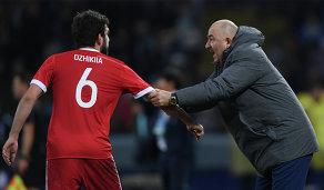 Защитник сборной России Георгий Джикия (слева) и главный тренер сборной России Станислав Черчесов