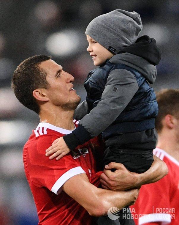Защитник сборной России Виктор Васин (слева) с сыном