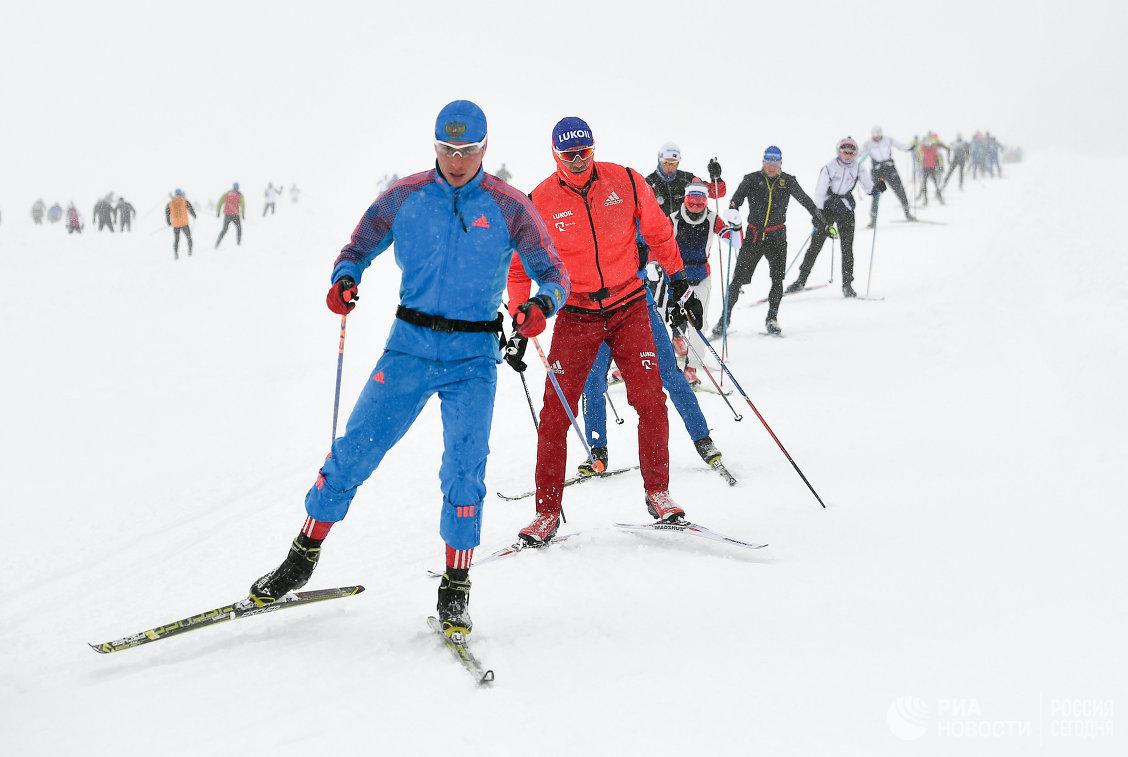 Никита Ступак (второй слева)