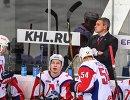 Главный тренер Локомотива Дмитрий Квартальнов (справа на втором плане) и хоккеисты клуба