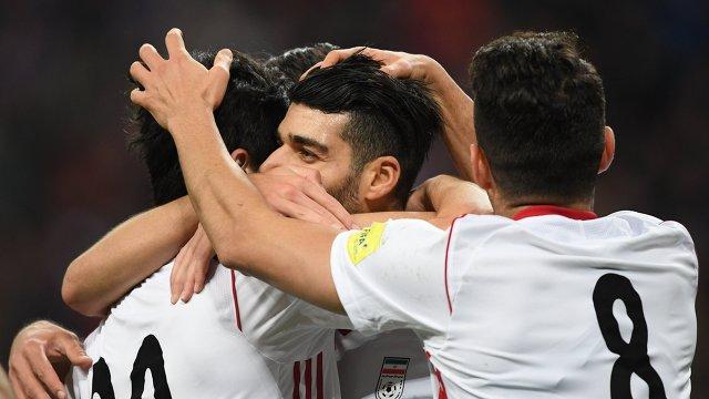 Футболисты сборной Ирана радуются забитому мячу