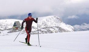 Российская лыжница Юлия Чекалёва на тренировке на леднике Дахштайн в Австрии
