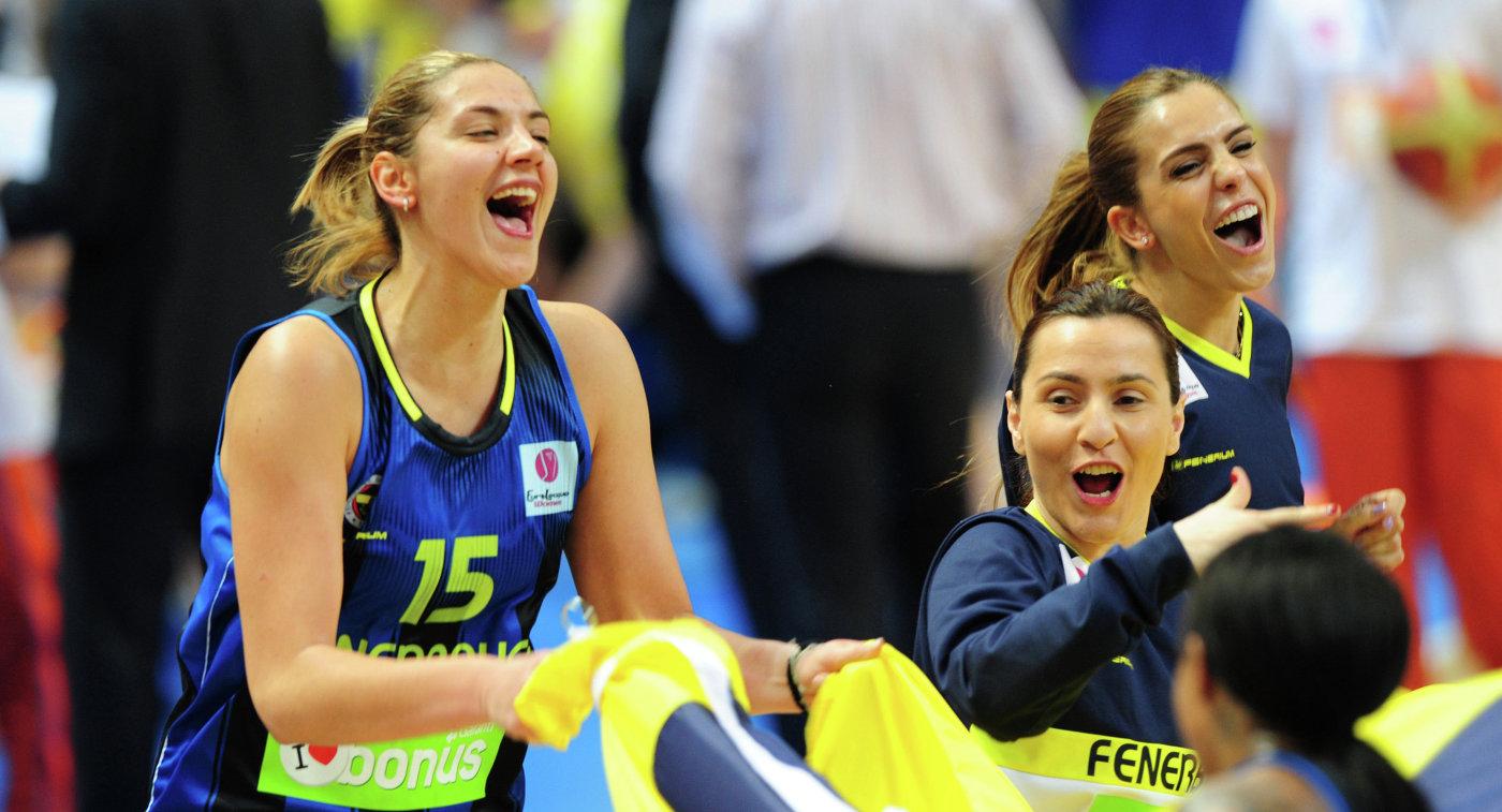 Баскетболистки ЖБК Фенербахче празднуют победу в матче