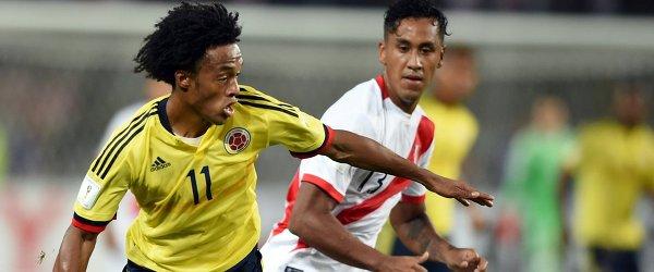 Полузащитники сборной Колумбии Хуан Куадрадо и команды Перу Ренато Тапия (слева направо)