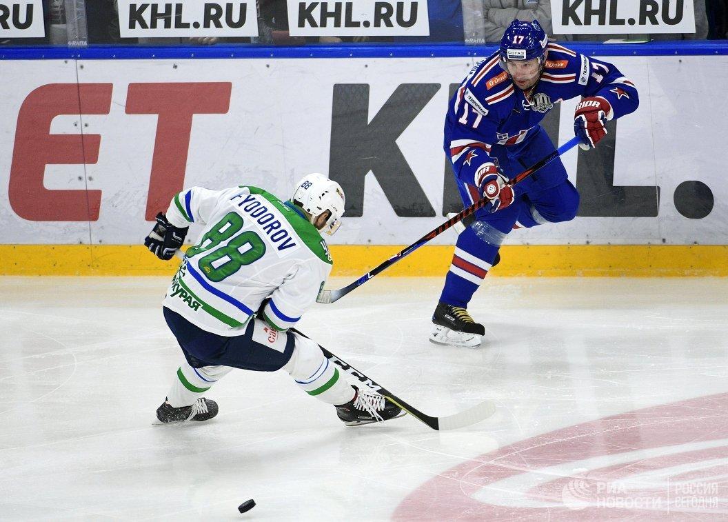 Форварды Салавата Юлаева Артём Фёдоров (слева) и СКА Илья Ковальчук