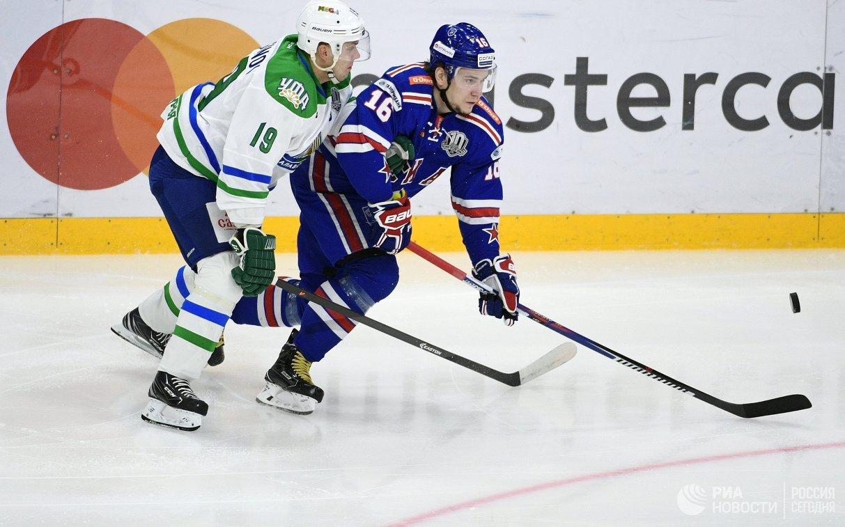 Защитник Салавата Юлаева Александр Логинов (слева) и форвард СКА Сергей Плотников