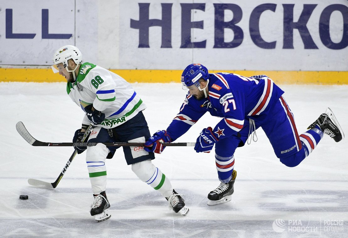 Защитники Салавата Юлаева Артём Фёдоров (слева) и СКА Вячеслав Войнов