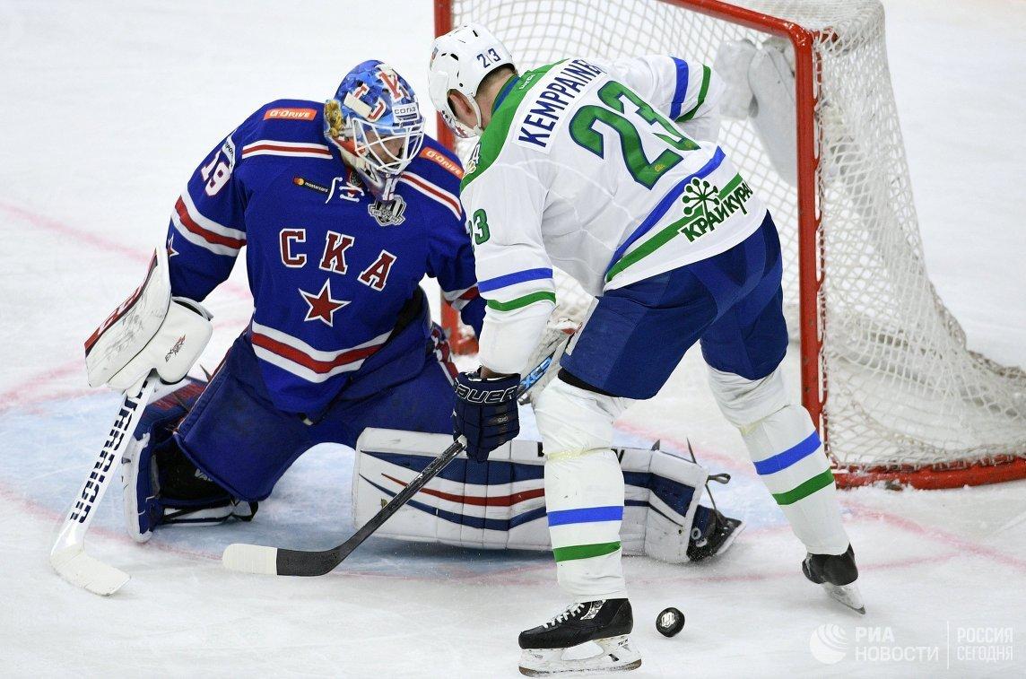 Вратарь СКА Микко Коскинен (слева) и форвард Салавата Юлаева Йоонас Кемппайнен