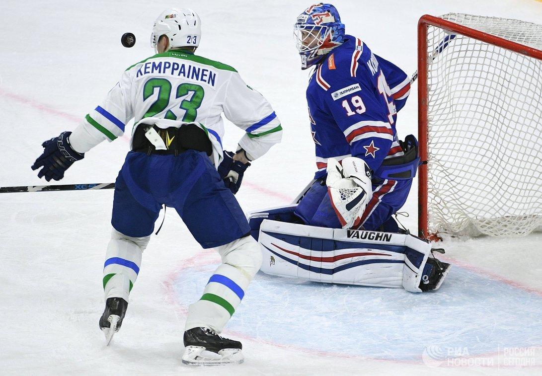 Форвард Салавата Юлаева Йоонас Кемппайнен (слева) и вратарь СКА Микко Коскинен