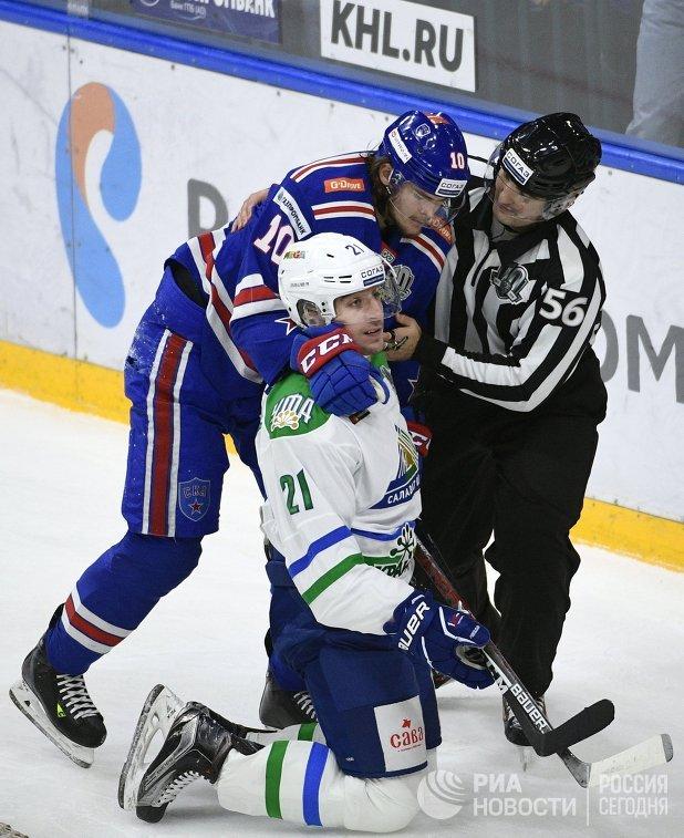 Форвард СКА Виктор Тихонов, защитник Салавата Юлаева Максим Осипов и линейный судья Торнике Кучава (слева направо)