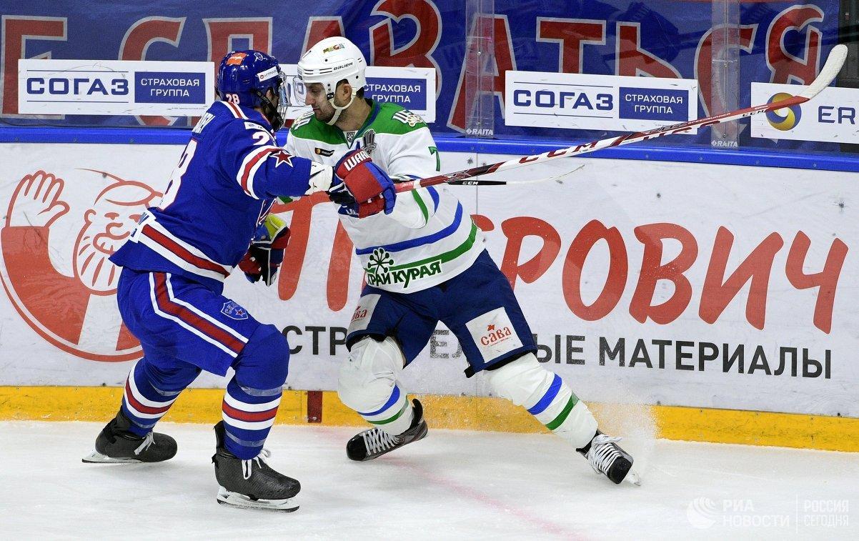 Защитник СКА Андрей Зубарев (слева) и форвард Салавата Юлаева Энвер Лисин