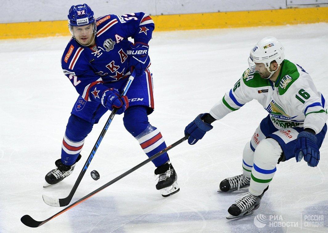 Форварды СКА Сергей Широков (слева) и Салавата Юлаева Максим Майоров