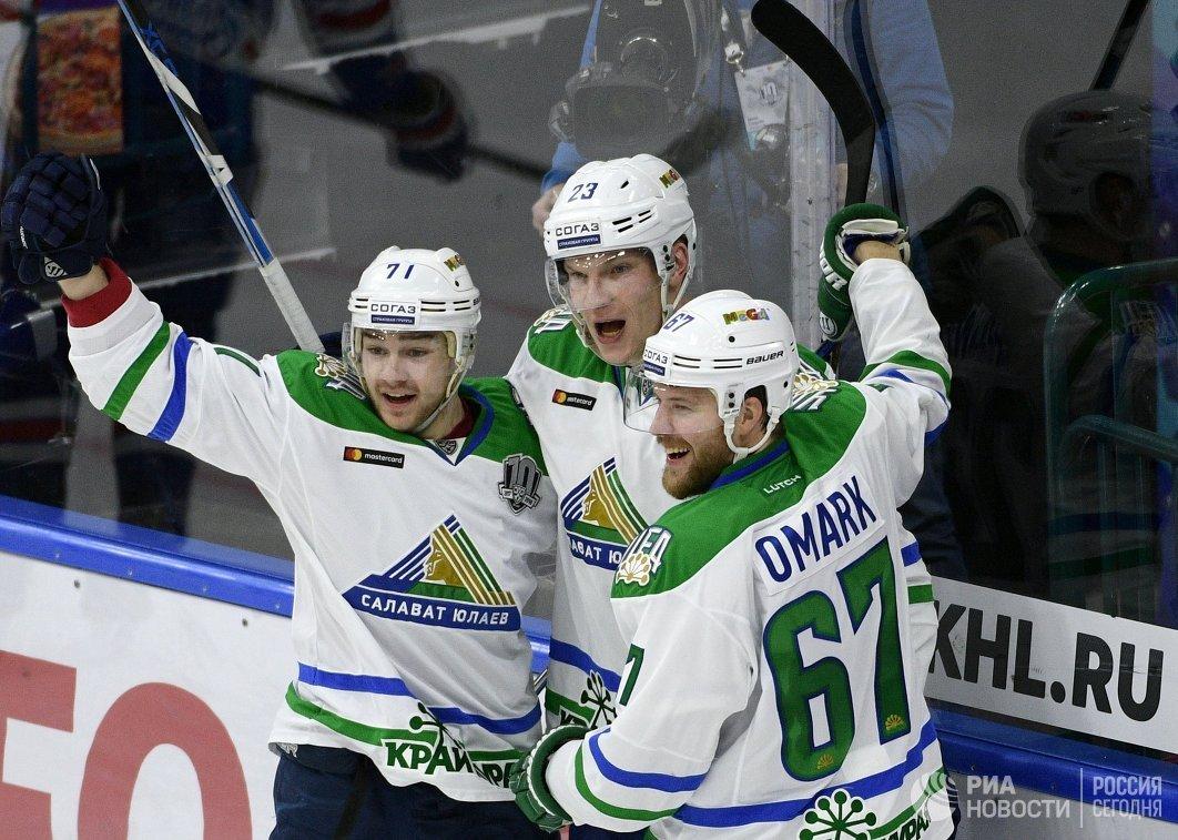 Игроки Салавата Юлаева Глеб Кузьмин, Йоонас Кемппайнен и Линус Умарк (слева направо)