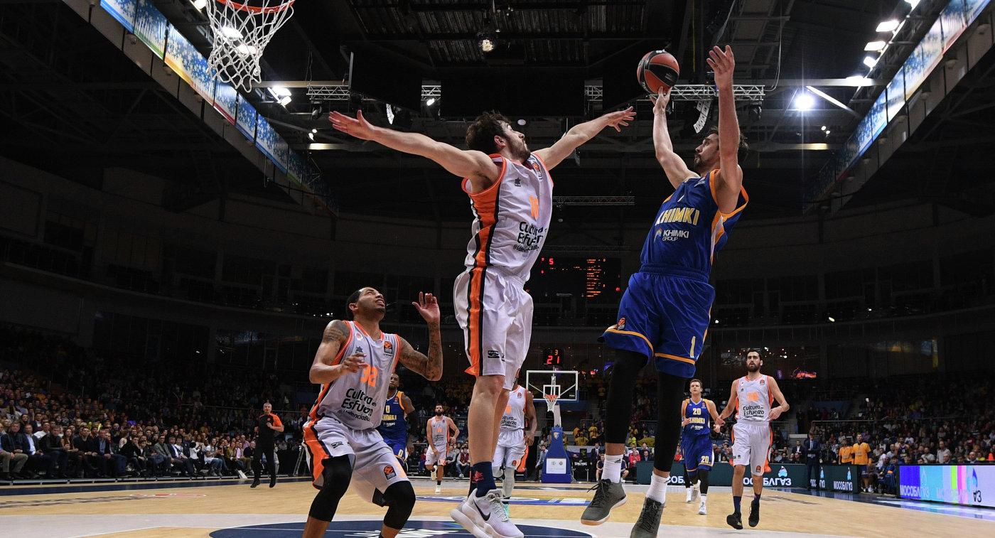 Баскетболисты Валенсии Эрик Грин, Гильем Вивес и защитник Химок Алексей Швед (слева направо)