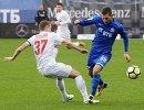 Защитник ФК СКА-Хабаровск Дмитрий Гришко (слева) и полузащитник ФК Динамо Александр Ташаев